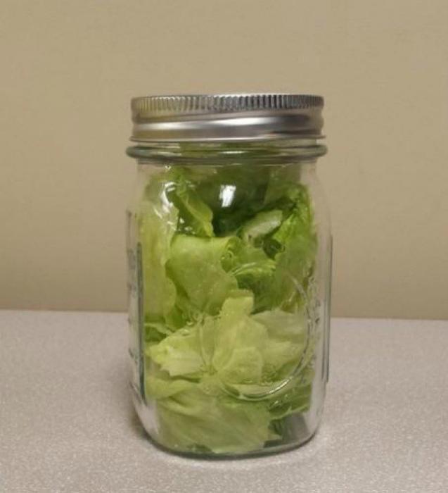 Листья салата в стеклянной банке. | Фото: VOV.