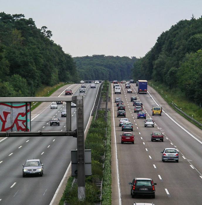 В Германии нельзя останавливаться на автобане. | Фото: Vahi.