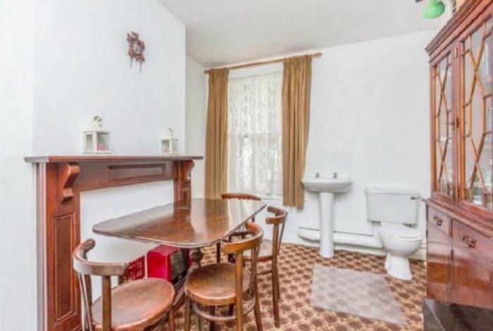 А почему бы не совместить туалет со столовой? | Фото: fax.al.