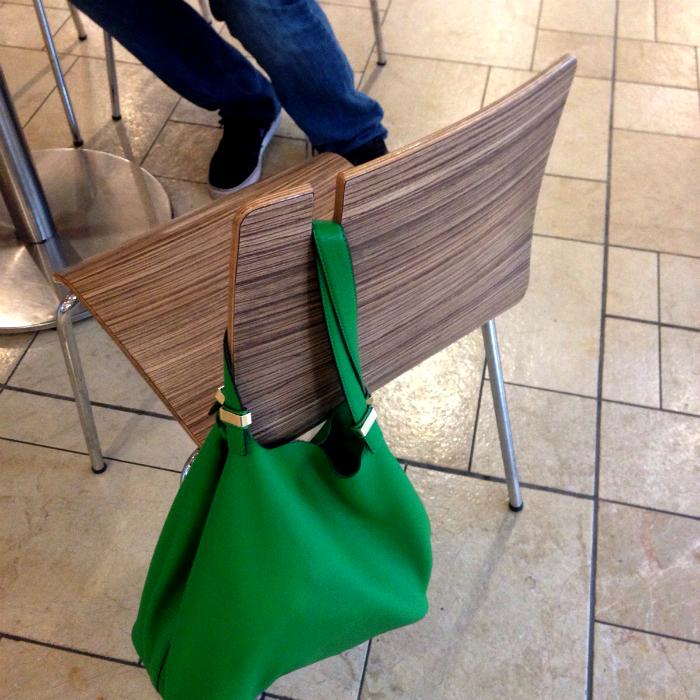 Стулья, на которые удобно вешать сумки.