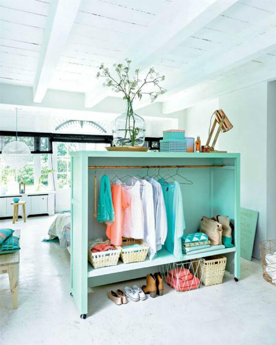 Открытый шкаф для одежды. | Фото: Fashion.hr.