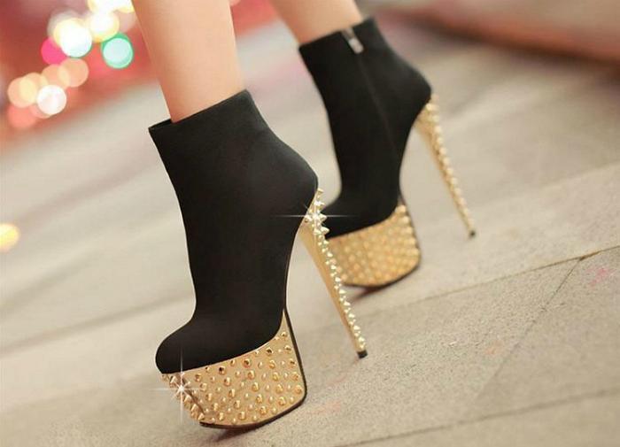 Обувь на очень высоком каблуке.