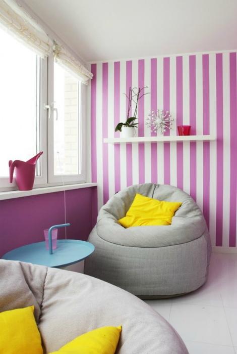 Яркий полосатый интерьер балкона. | Фото: Design-homes.ru.