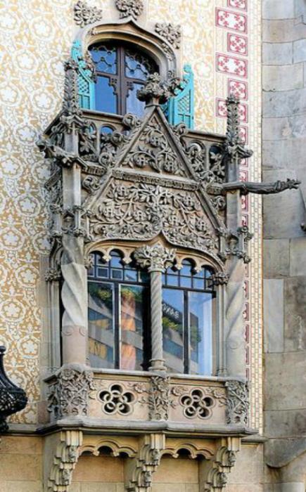 Окно в стиле арт-нуво, украшенное восхитительной лепкой. Дом Бальо (Casa Battlо), Барселона, Испания.
