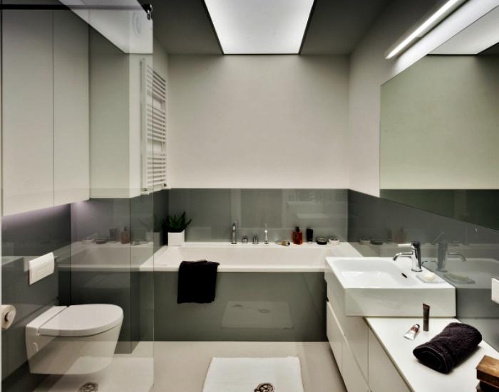 Ванная комната в бело-серых тонах.