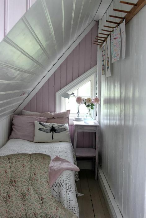 Крошечная спальня в светлых тонах.