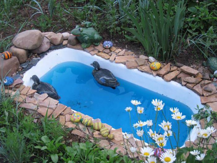 Декоративный пруд из ванночки.