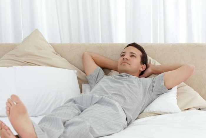 Человек, который два месяца будет лежать на диване.
