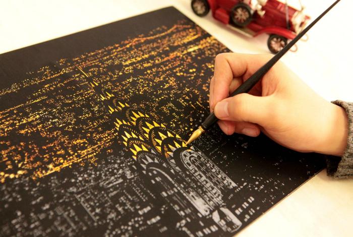Уникальные раскраски-антистресс в стиле граттаж (царапанье по воску). Царапая пером по отдельным элементам можно «осветить» разные ночные пейзажи.