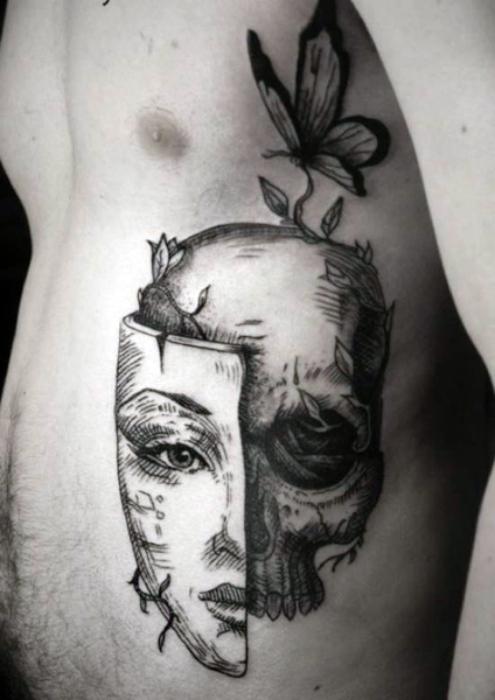 Тату с изображением черепа под маской.