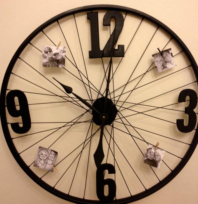 Настенные часы из колеса.
