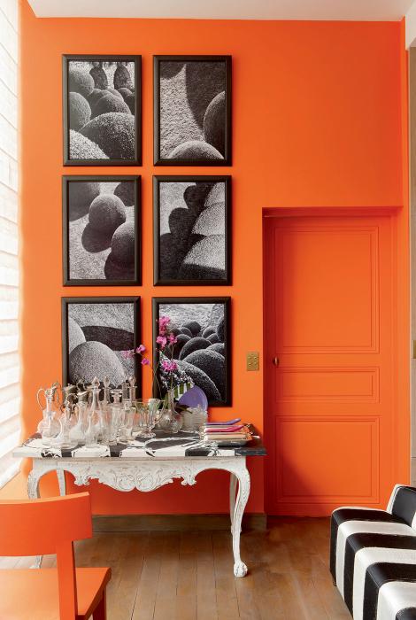 Прихожая с яркой оранжевой стеной.