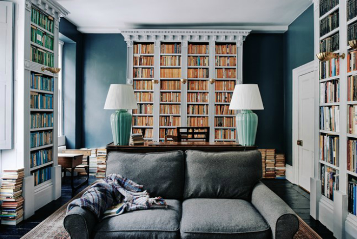 Гостиная с обилием книг.