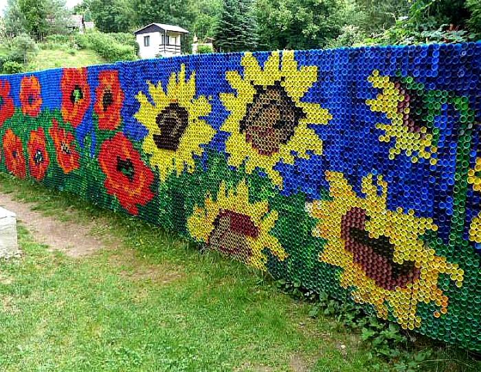 Забор из пластиковых крышек.