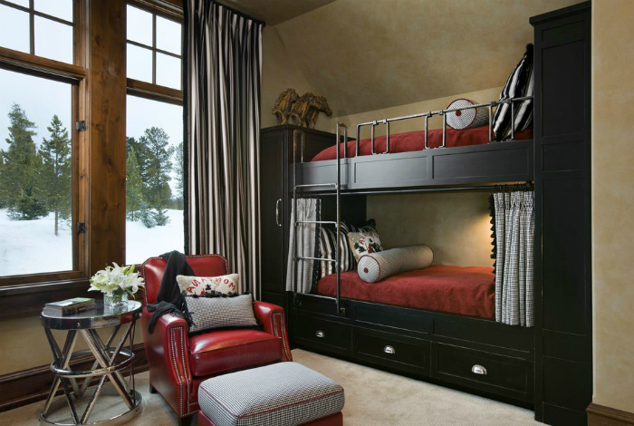 Двухэтажная кровать, совмещенная с двумя платяными шкафами.