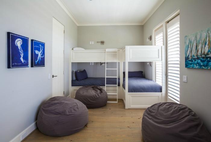 Современная и лаконичная спальня для парней.