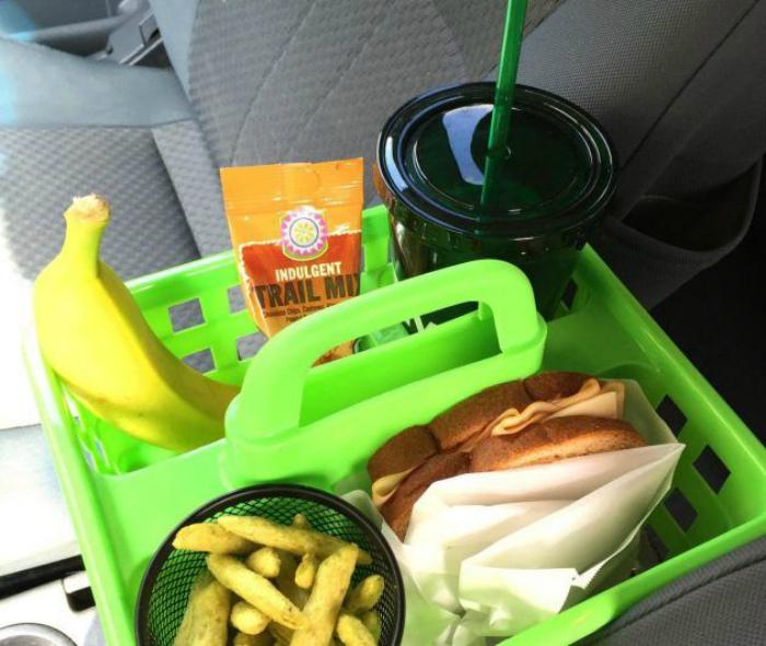 Перевозка продуктов в машине.