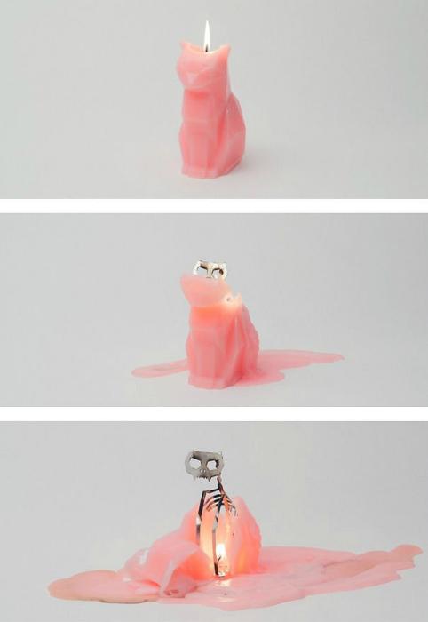 Необычная свеча в виде кошки на реалистичном металлическом скелете.