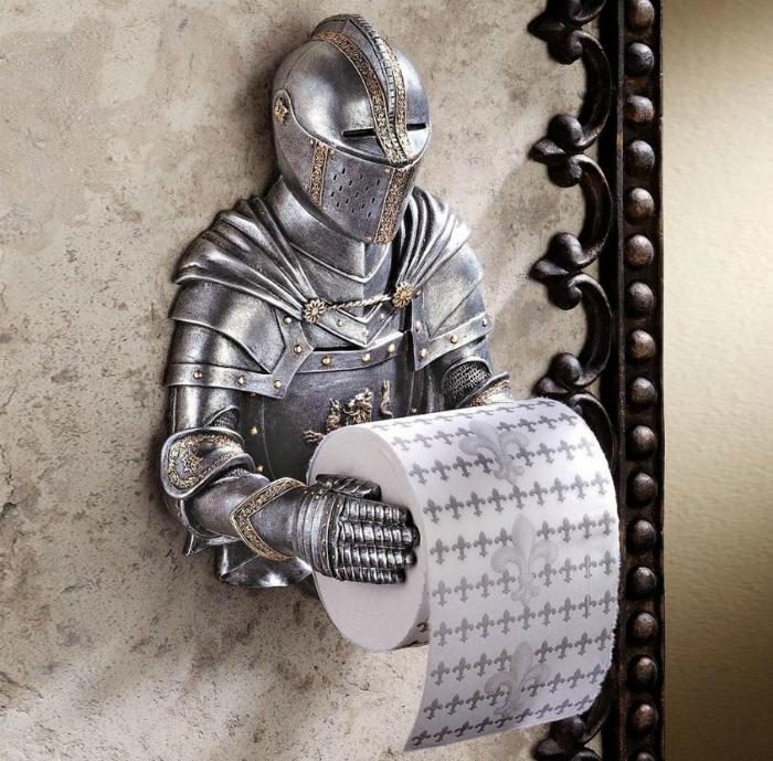 Необычный держатель для туалетной бумаги.