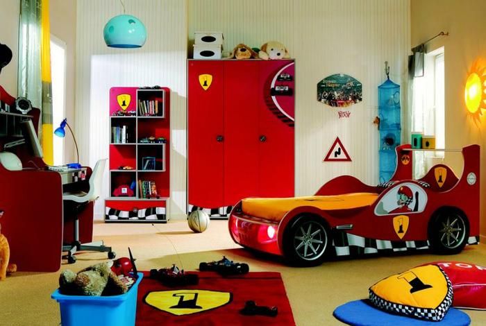 Комната для маленького любителя гонок с кроватью в виде гоночного автомобиля.