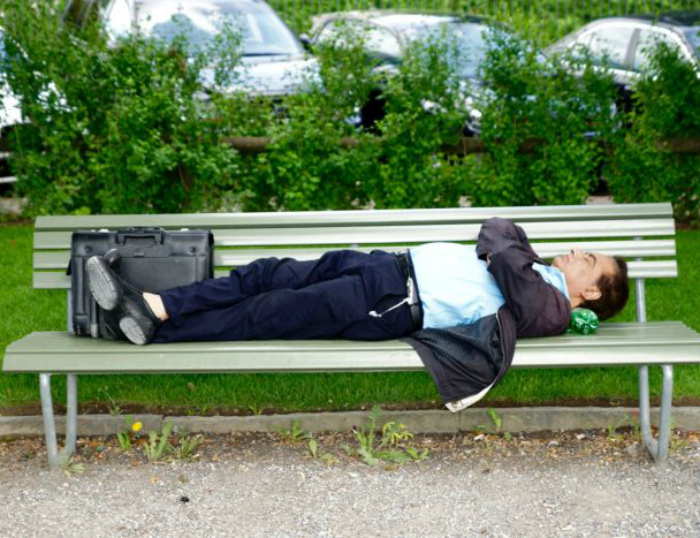 Сон в общественных местах.