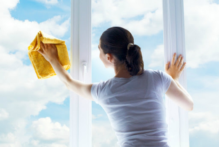 Мыть окна в солнечный день. | Фото: plastika22.ru.