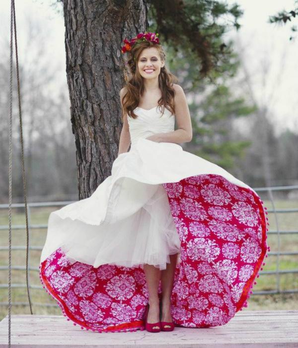 Белое платье с яркой изнанкой.