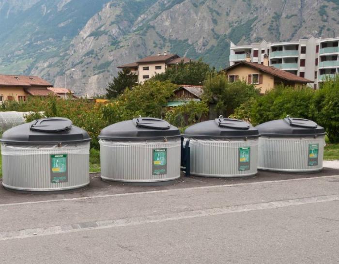 Сортировка и переработка мусора.