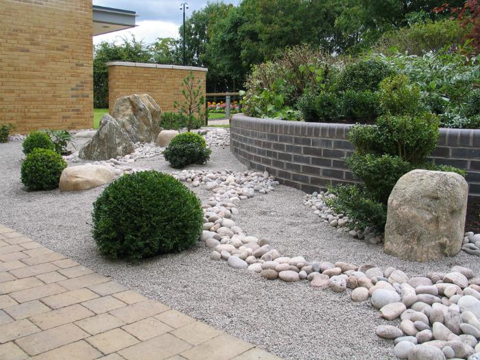 Сад из светлых камней и растений.