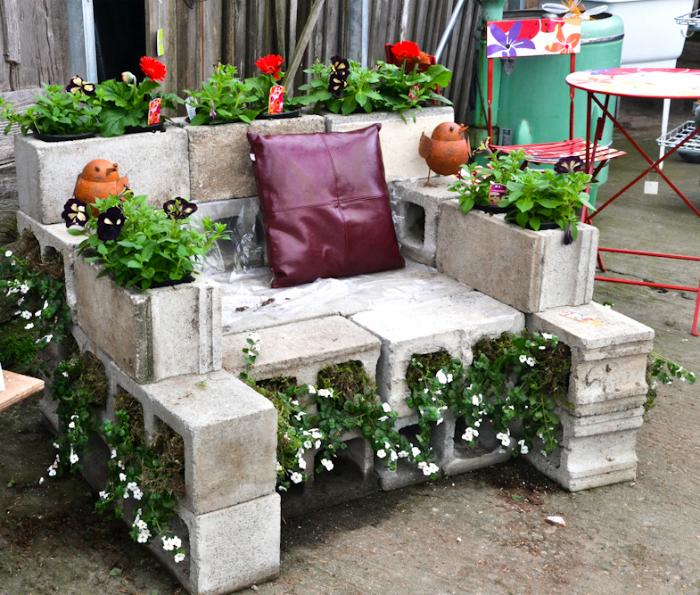 Креативное садовое кресло из шлакоблоков.