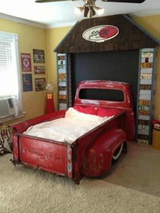 Кровать в кузове старого автомобиля.
