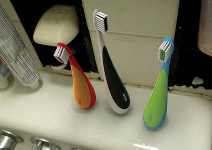 Зубная щетка с объемной устойчивой ручкой.