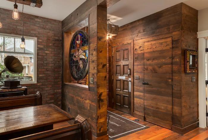 Коридор с деревянной обшивкой стен.