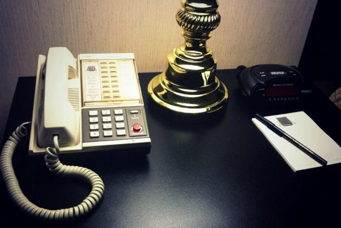 Телефон, пульт и другие мелочи. | Фото: frontdesk.ru.