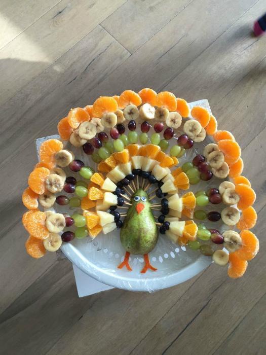 Павлин из фруктов и ягод.