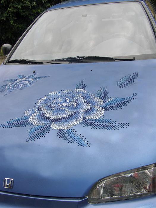 Капот автомобиля, украшенный вышивкой.