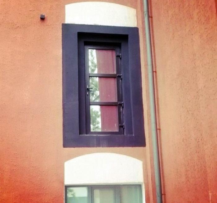 Дверь над окном.