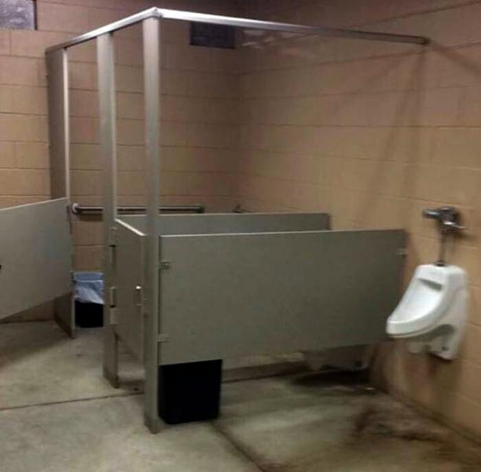 «Щедрые» перегородки в туалетных кабинках.