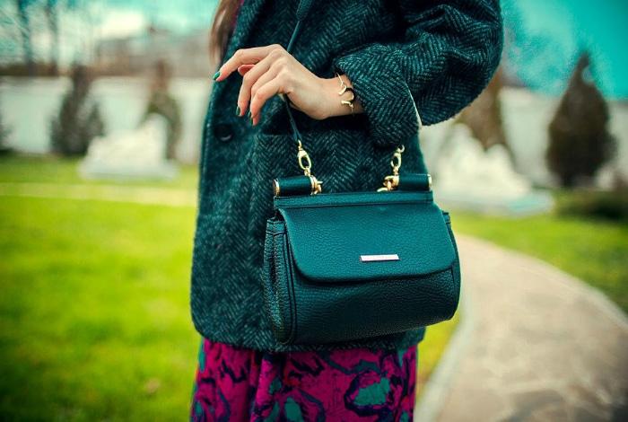 Дамская сумочка – в левой руке.