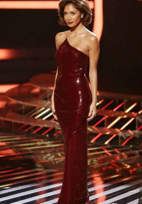 Вечернее платье в пол от Марии Грахвогель выполнено из шелка и усыпано 2000 бриллиантов.