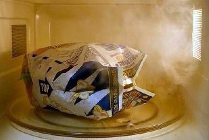 Быстро извлечь нераскрытые зерна попкорна.