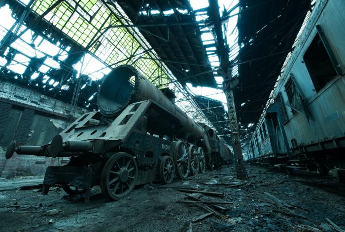 Заброшенное локомотивное депо на севере Будапешта, расположенное рядом с современным действующим.