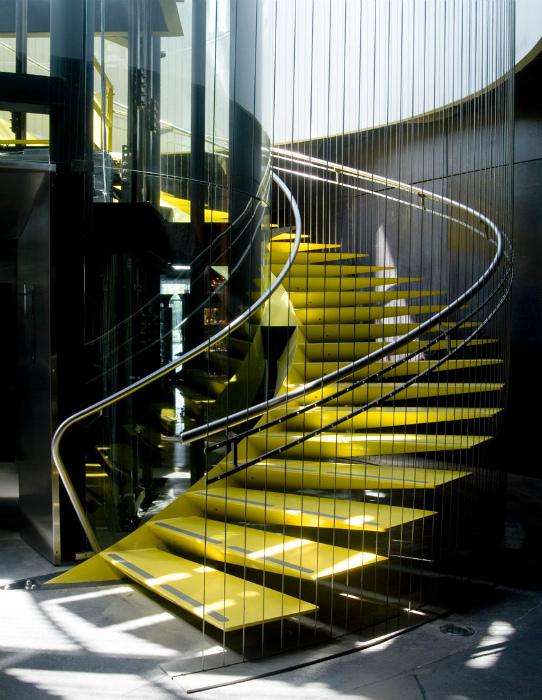 Желтая лестница в индустриальном стиле.