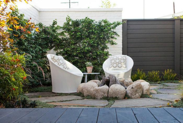 Укромное местечко для отдыха на заднем дворе.