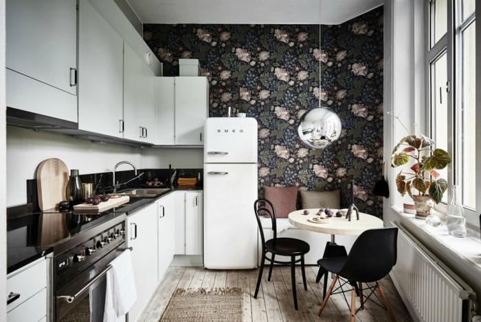 Кухня с контрастными обоями в углу.