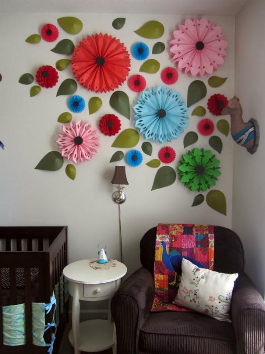 Цветы из яркой бумаги, которыми можно украсить стены.