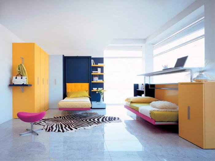 Яркие кровати в интерьере детской.