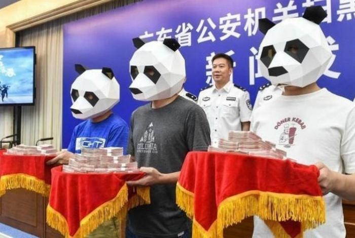 Панды награждают героев.