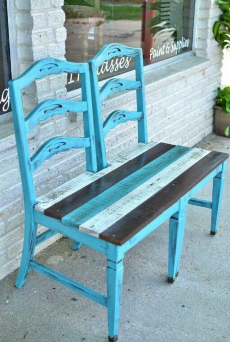 Оригинальная скамейка из стульчиков.