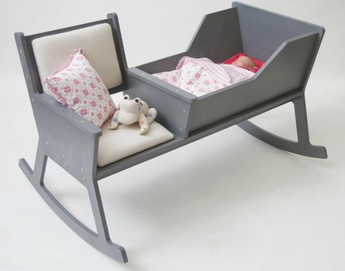 Универсальный предмет мебели, сочетающий в себе стульчик и кроватку для новорожденного. Конструкция этого изделия позволяет ему слегка раскачиваться, что наверняка понравится ребенку.